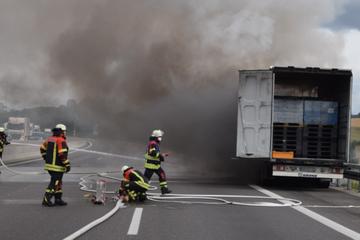 Unfall A6: Dichte Rauchwolken: A6 wegen brennendem Laster voll gesperrt!