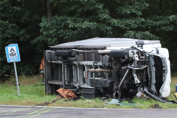Sein Lkw kippte um! 38-Jähriger stirbt bei Unfall nahe der polnischen Grenze