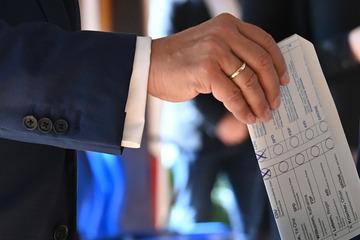 Liveticker zur Bundestagswahl 2021: Laschet macht zwei Kreuze für die CDU und zeigt seinen Stimmzettel
