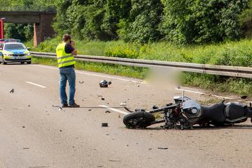 Unfall A7: Todes-Drama auf der A7: Motorradfahrer (46) fährt auf Lkw auf und stirbt an der Unfallstelle