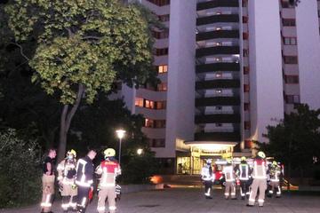 Berlin: 100 Feuerwehrleute im Einsatz: Wohnung in Berliner Hochhaus in Flammen