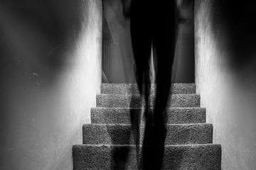 Frau behauptet, sie werde von einem Dämon heimgesucht