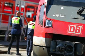 Regionalzug in Bahnhof entgleist: Hoher Sachschaden und Streckensperrung
