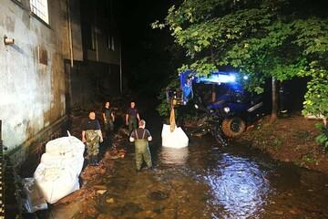 Unterspülung durch Hochwasser: Feuerwehr und THW sichern Gelände ab