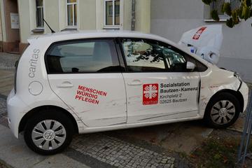 VW wird durch Crash gegen Hauswand geschoben: Fahrerin schwer verletzt!