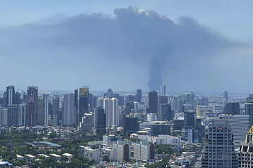 Un gran incendio tras una explosión en una fábrica de productos químicos: un muerto y 60 heridos