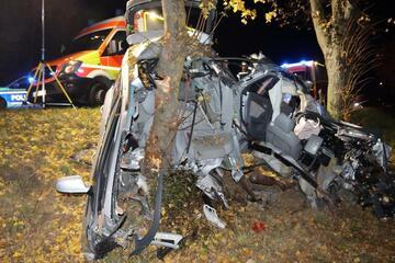 Horror-Unfall! Auto in zwei Teile gerissen und um Baum gewickelt