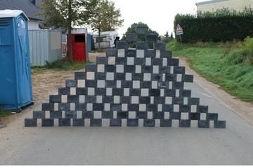Gefährlicher Streich: Pyramide auf Straße gebaut