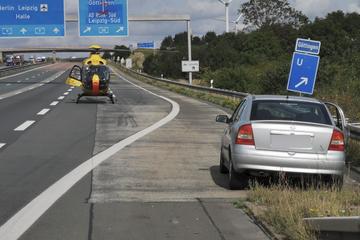 Unfall auf der A9: Opel kracht in Lkw, eine Person aus Auto geschleudert