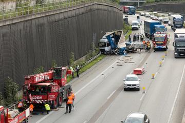 Unfall A1: Schwerer Unfall bei Wuppertal: Kranwagen fährt auf Lastwagen, zwei Verletzte
