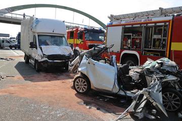 Unfall A4: Stauende auf A4 nicht mitbekommen: Zwei Fahrzeuge schieben Ford unter Lkw