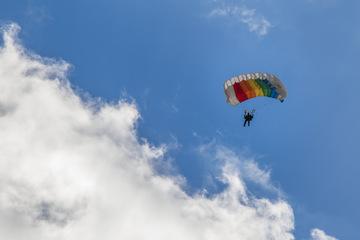 Missglückte Landung beim Fallschirmspringen: Mann schwer verletzt
