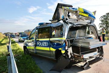 Nach schwerem Unfall auf A17: Trucker steht unter Drogen und rast in Polizeiauto