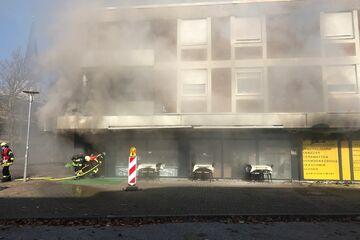 Schnell-Restaurant steht in Flammen: Rauchwolke ruft Gesundheitsamt auf den Plan
