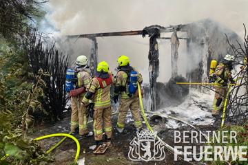 Berlin: Schwieriger Feuerwehreinsatz in Haselhorst: Gartenlaube ausgebrannt
