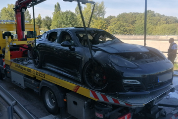 Porsche auf B10 von Lastwagen touchiert, dann geht der Sportwagen in Flammen auf!