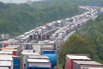 Unfall A2: Riesiger Blech-Parkplatz auf der A2! Autobahn nach Lkw-Crash beidseitig dicht