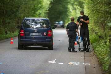 Lebensgefahr! E-Bike-Fahrer wird von überholendem Auto berührt und stürzt zu Boden