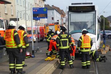 Frankfurt: Dramatischer Unfall an Tram-Haltestelle: Frau (42) von Bahn überfahren und eingeklemmt