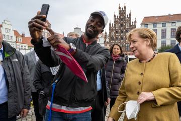 Angela Merkel macht Selfies bei Abschiedstournee in Mecklenburg-Vorpommern