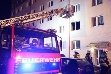 Matratze fängt Feuer und setzt Schlafzimmer in Brand: Mieter erleidet Verletzungen