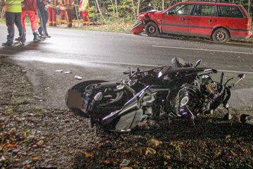 Fahranfänger verliert Kontrolle: Motorradfahrer (†16) stirbt auf nasser Fahrbahn