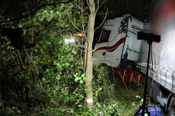 Unfall A38: Es passiert öfter, als man denkt! Lkw-Fahrer wird bewusstlos und kracht auf A38 in Böschung