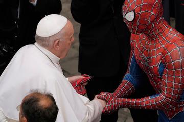 El Papa se encuentra con Spider-Man: el superhéroe gana audiencia en el Vaticano