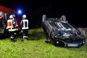 Schwerer Crash bei Arnsdorf: Auto kommt von Straße ab und landet auf dem Dach
