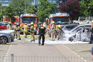 Berlin: Sieben Autos stehen vor Jobcenter in Flammen: Polizei prüft Zusammenhang mit