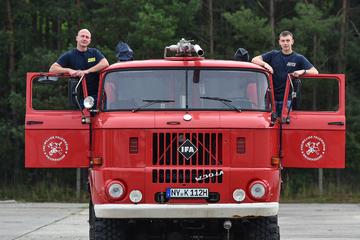 Zwei Kameraden gönnen sich ihr privates Tanklöschfahrzeug