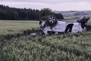 Unfall A81: Reifenplatzer auf der Autobahn: Auto überschlägt sich und kracht gegen Baum
