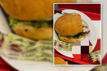 Frau beißt auf etwas Hartes im Burger: Plötzlich muss sie sich fast übergeben