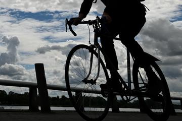 Mit voller Absicht: Radfahrer fährt Mann vom Ordnungsamt um