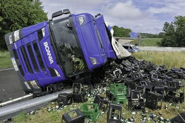 Unfall A81: Lastwagen kippt auf Autobahn um und verliert eine Menge Bierkästen