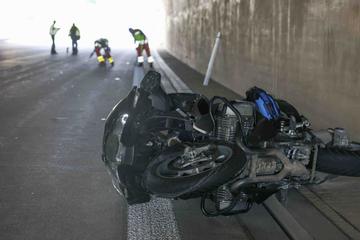 Unfall A17: Biker nach Kollision auf A17 schwer verletzt: Autofahrer rast davon, Polizei sucht Zeugen!