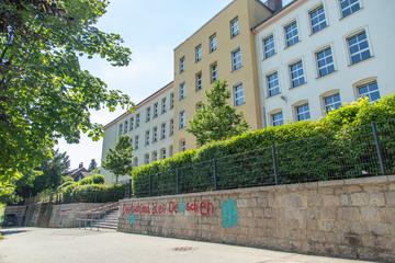 Schule im Erzgebirge mit Hakenkreuzen und Parolen beschmiert