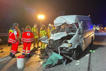 Unfall A9: Transporter kracht mit voller Wucht in Lkw: Alle acht Insassen verletzt