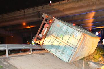 Lkw umgekippt! Laster stürzt über Leitplanke unter A7-Brücke