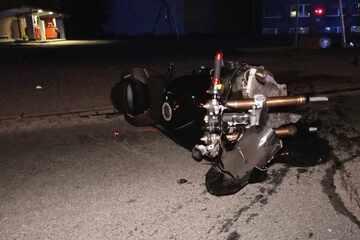 Tödlicher Unfall! Motorradfahrer kracht gegen Laternenmast und stirbt