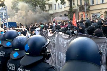 """Berlin: Protest-Demo um """"Rigaer 94"""": Teilnehmer werfen Steine und Flaschen auf Polizei"""