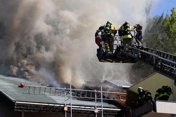 Dachstuhl brennt lichterloh: Feuerwehrmann bei Einsatz verletzt