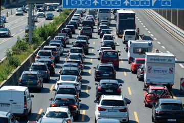Unfall A3: Wohnmobil kippt auf A3 um: Stau und Verzögerung nach Unfall