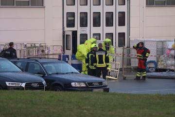 Chemische Reaktion in Wäscherei: Feuerwehr rückt in Schutzanzügen an