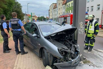 Auto kracht gegen Strommast: Drei Personen im Krankenhaus!