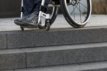 Alles nur für ein Handy? Rollstuhlfahrer bewusstlos geschlagen und beraubt