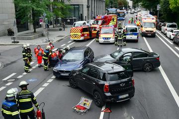 Mini und BMWs krachen in München zusammen: Kind und drei Erwachsene verletzt