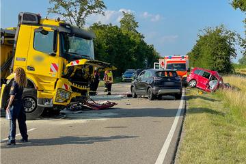 Tödlicher Unfall: VW-Fahrer kommt ins Schleudern und kracht frontal in Lkw