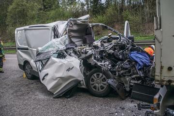Unfall A81: Transporter kracht in Klein-Lkw: Zehn Kilometer Stau auf A81