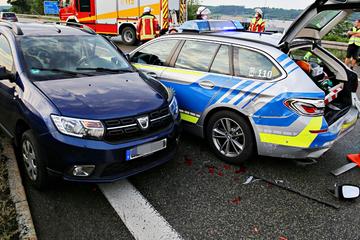Unfall A7: Dacia kracht an Unfallstelle auf A7 in Polizeiauto: Drei Verletzte!